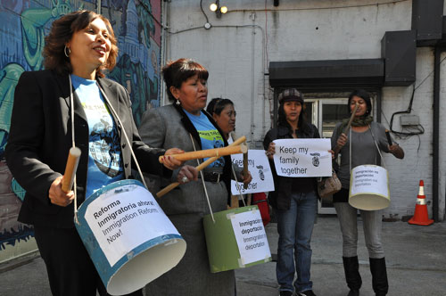 Activistas hispanas se preparan para la marcha a Washington - Foto AP/Diego Graglia