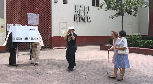 Votando en la colonia Polanco, México DF, 2006