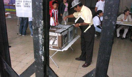 Votando en la colonia Doctores, México DF, 2006